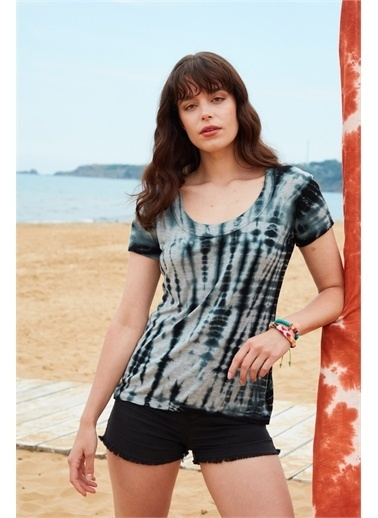 Latin Quarter Batik Desenli U Yaka Yarım Kol Slim Fit T-shirt Siyah
